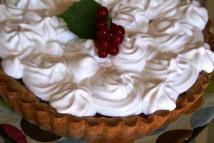 Red currant-meringue pie