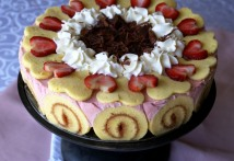 Jelly roll cake with strawberries